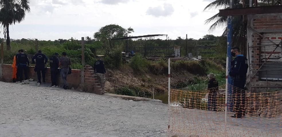 Corpo foi encontrado por populares às margens do rio  — Foto: Leábem Monteiro/SVM