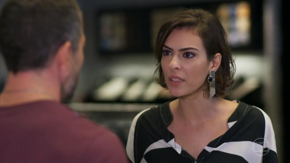 Adriana (Isabel Wilker) fica revoltada com a acusação de Apolo (Malvino Salvador) - 'Haja Coração' — Foto: Globo