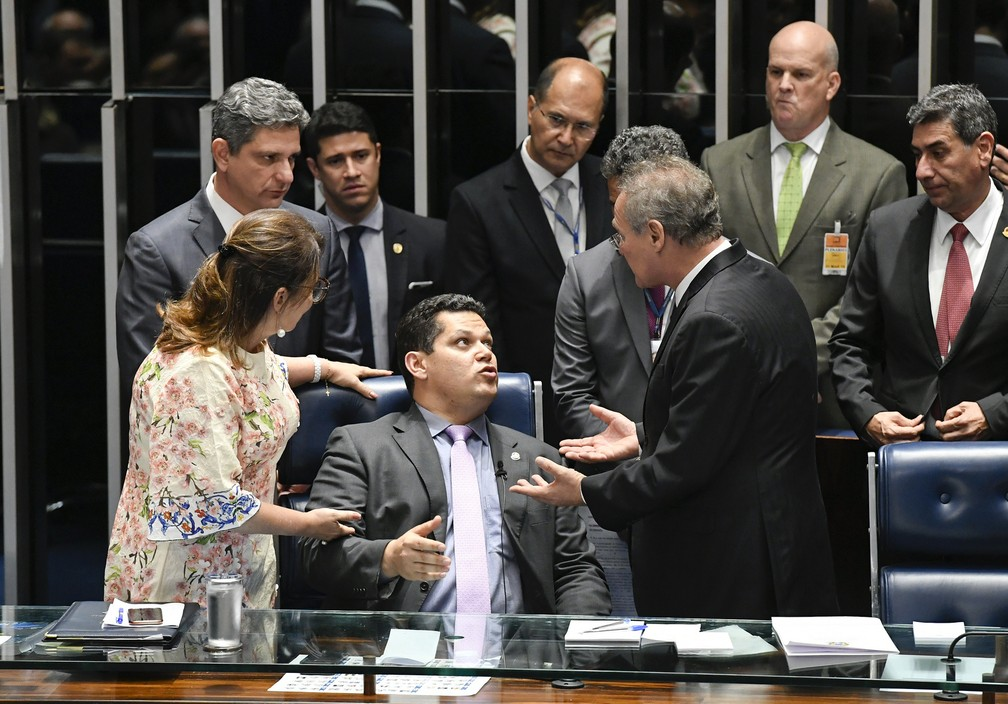Davi Alcolumbre (sentado) é cercado por Renan Calheiros e Kátia Abreu durante sessão tumultuada no plenário do Senado — Foto: Edilson Rodrigues/Agência Senado