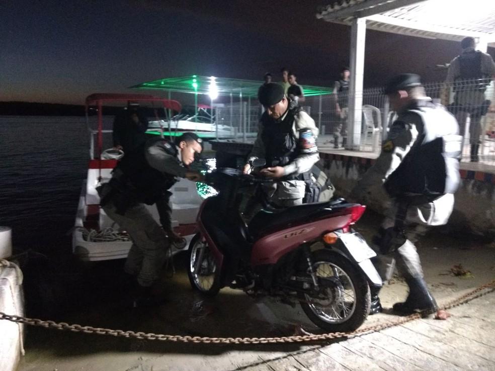 Policiais retiram de embarcação moto encontrada em área de mangue dentro da Lagoa Mundaú (Foto: Derek Gustavo/G1)