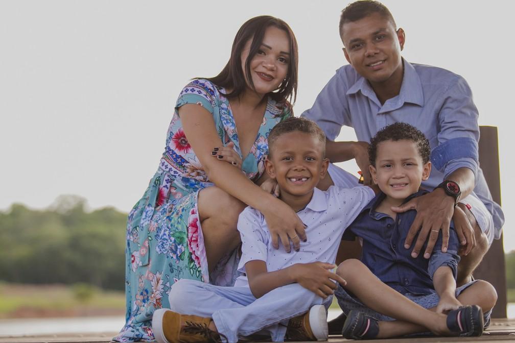 Família de Enzo faz ensaio fotográfico após cura do câncer — Foto: Jonathas Neles/Divulgação