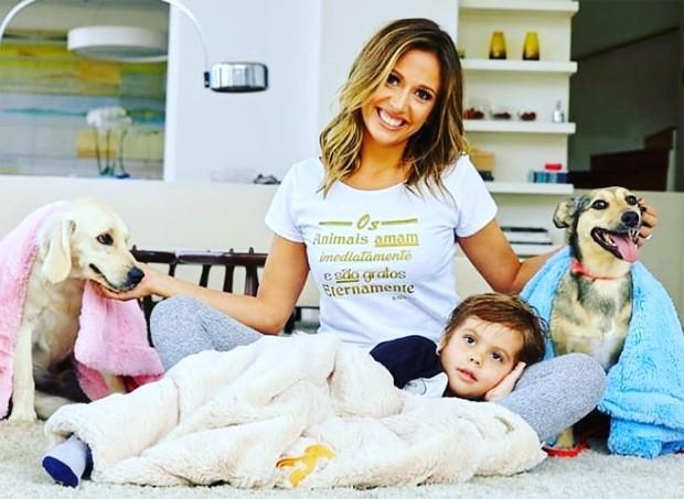 Luisa Mell posa com o filho e seus dois cachorros (Foto: Reprodução/Instagram)