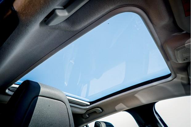 Peugeot 208 Griffe 1.6 - Teto solar de vidro é fixo (Foto: Rafael Munhoz)