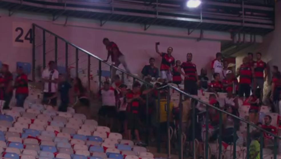 Torcedores do Flamengo mudam de setor no Maracanã (Foto: Reprodução SporTV)