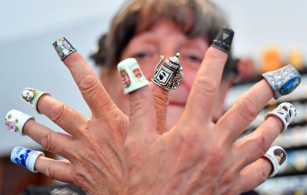 Jozsefne Meszaros mostra itens de sua coleção de dedais (Foto: Zoltan Mathe/MTI via AP)