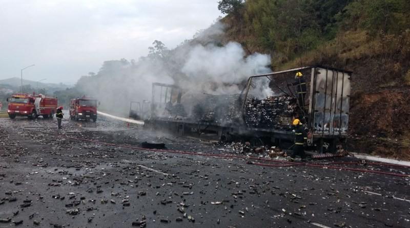 Carreta carregada com desodorantes pega fogo na BR-459, em Pouso Alegre, MG