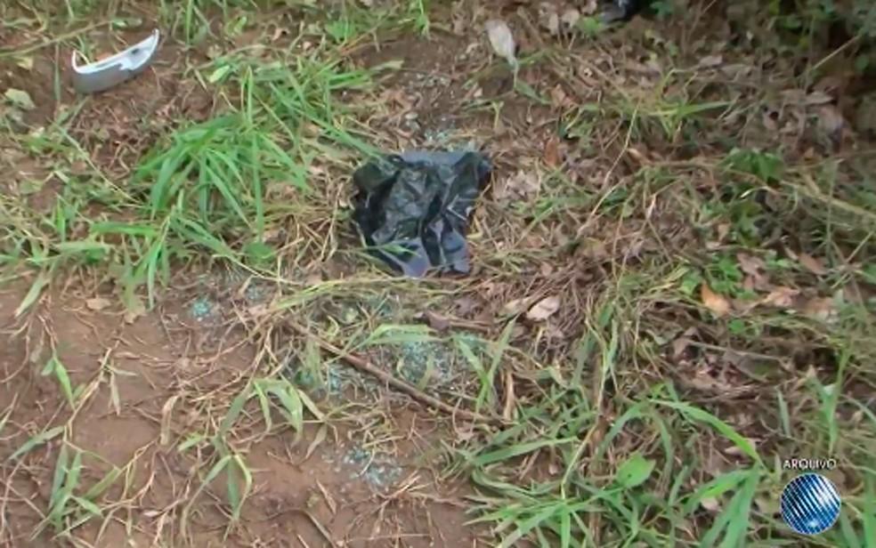 Corpos dos pais das meninas e de outro homem foram encontrados em matagal na cidade de Pedrão, em 2017 — Foto: Reprodução/ TV Bahia