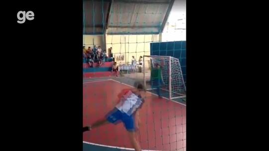 Sem uma das pernas, goleiro se destaca nos jogos escolares e vídeo viraliza; assista