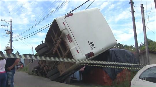 Ônibus que transportava idosos tomba, e pilha de tijolos protege casa, em Campo Magro
