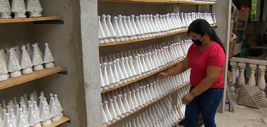 Artesãs de Aparecida intensificam produção de artigos religiosos com a chegada do Dia da Padroeira