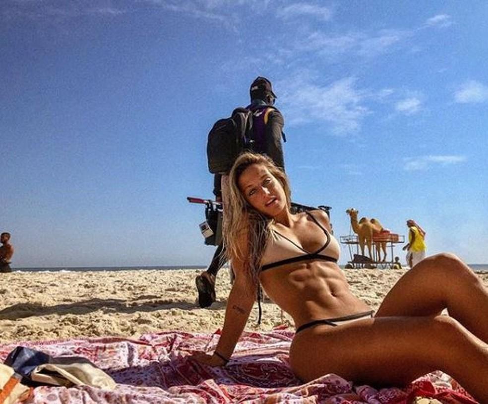 Bruna Griphao exibe abdômen definido na praia  — Foto: Reprodução da Internet