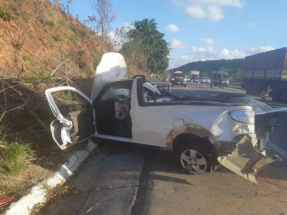 Caminhonete ficou danificada depois de capotar na BR-408, no Grande Recife, provocando a morte do passageiro e ferimentos no motorista — Foto: Polícia Rodoviária Federal/Divulgação