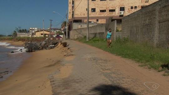 Obra para conter erosão na Praia do Riacho, em Guarapari, não começa e moradores temem avanço do mar