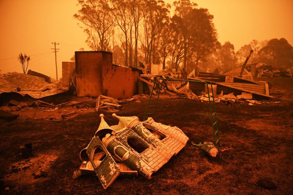 5 de janeiro - Os restos de uma casa destruída pelas queimadas são vistos em Cobargo, na Austrália — Foto: Tracey Nearmy/Reuters