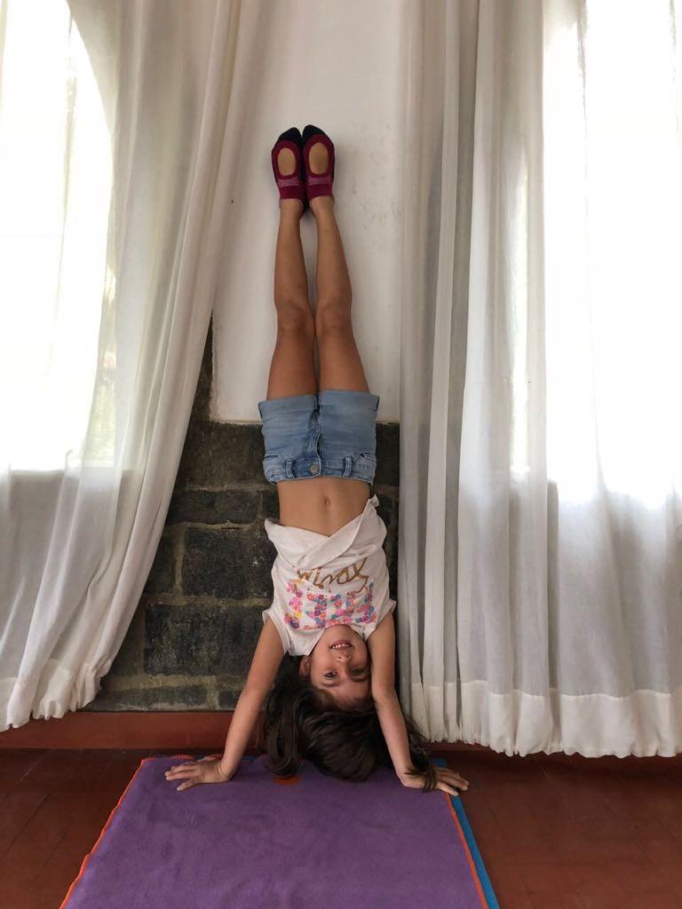Júlia brincando em casa (Foto: Arquivo Pessoal)