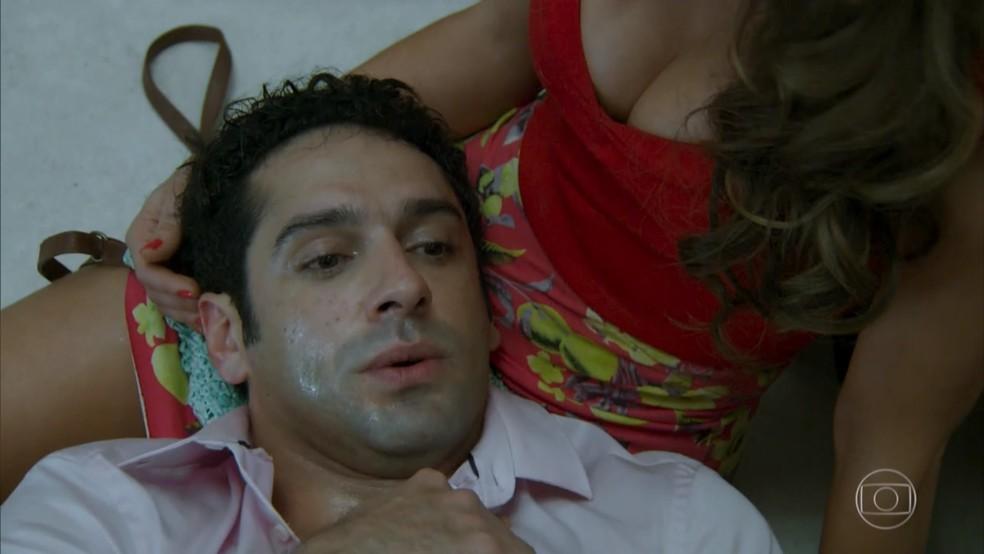 Beto (João Baldasserini) tem um ataque de pânico no elevador parado - 'Haja Coração' — Foto: Globo