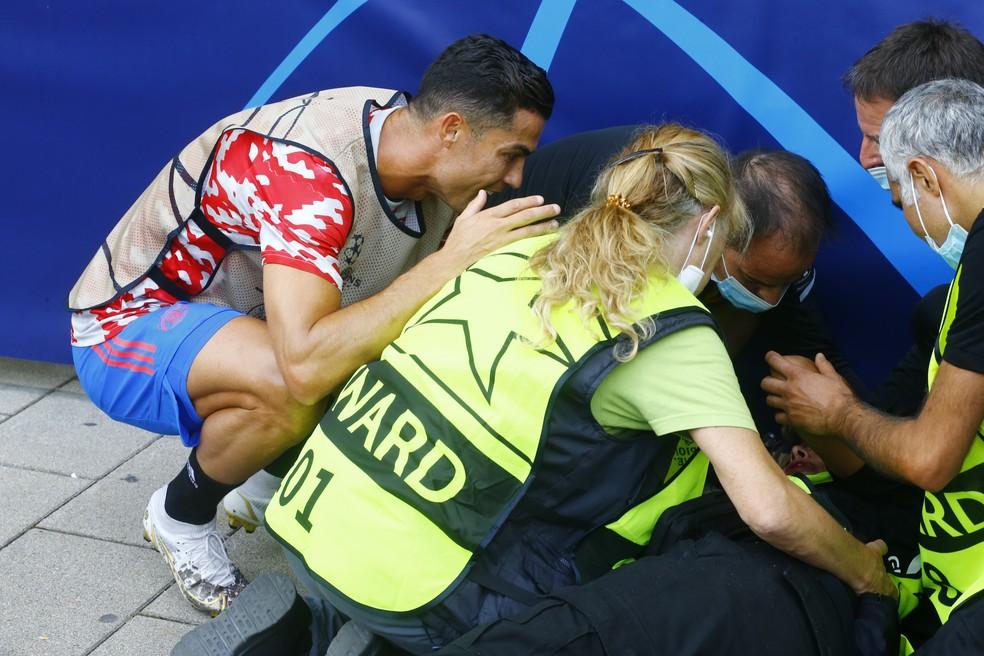 Cristiano Ronaldo conversa com mulher atingida por bola antes de Young Boys x Manchester United — Foto: REUTERS/Arnd Wiegmann