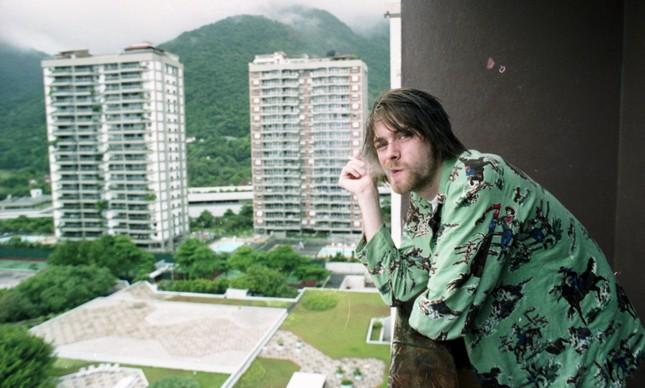 Kurt Cobain posa para foto na varanda do antigo hotel Intercontinental, na Zona Sul do Rio