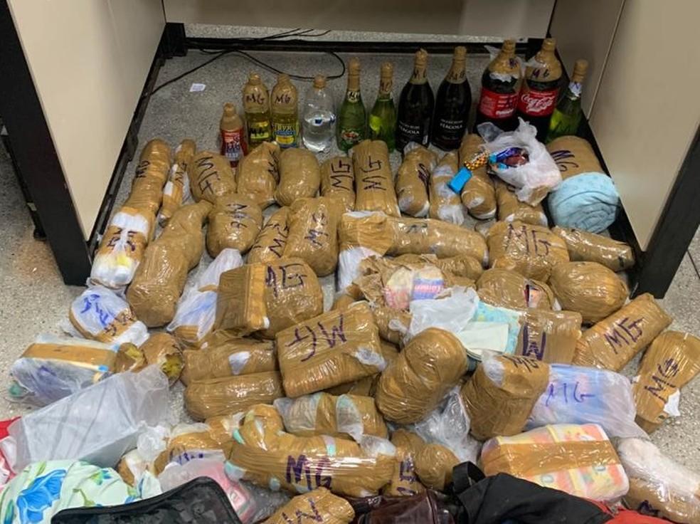 Homens são presos com drogas, comidas e bebidas que seriam jogados em presídio de Salvador — Foto: Divulgação / Polícia Civil