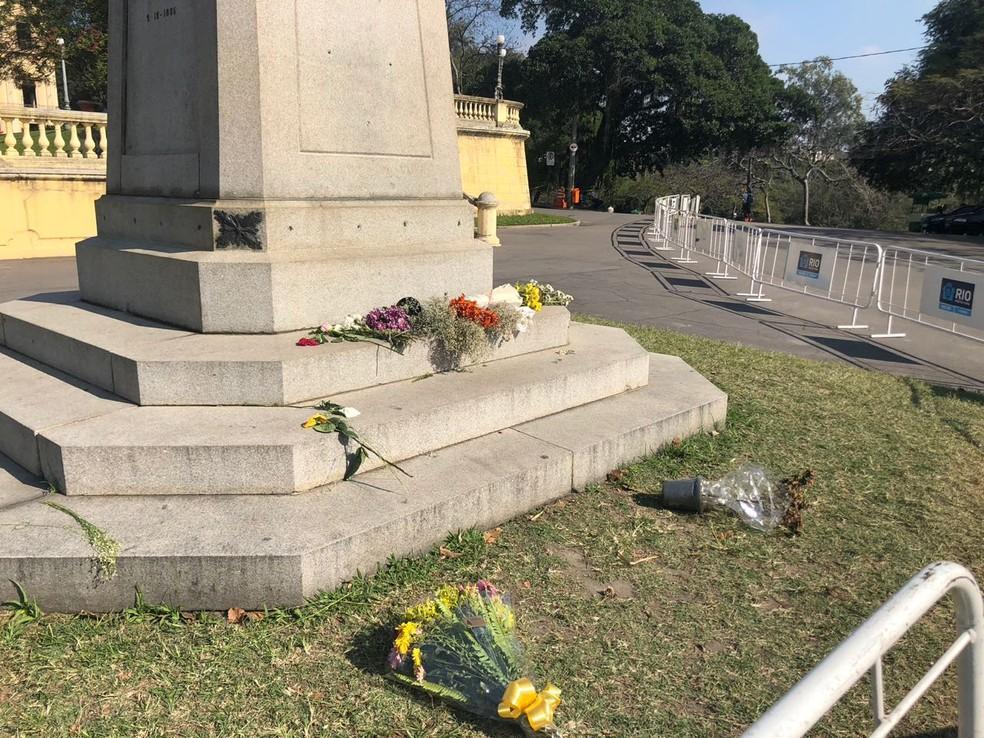 Uma semana depois da tragédia, muitas pessoas ainda vão ao local fazer homenagens (Foto: Bruno Albernaz / G1)