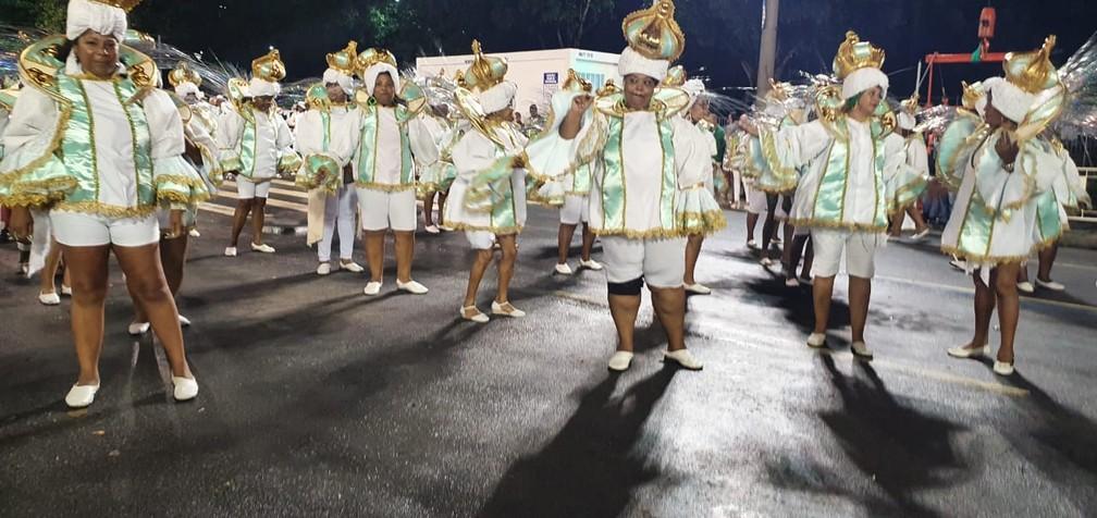 Baianas da Império desfilam sem saia — Foto: Eliane Santos / G1