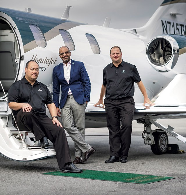 A equipe formada pelos pilotos Alexandre Spessato e Marcio Miyaoka, além de Philipe Figueiredo, diretor de vendas da Líder, no jato HA-420, conhecido como HondaJet (Foto: Christian Castanho)