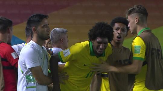 Talles Magno sente dores na coxa, chora ao deixar jogo do Brasil e passa por exames