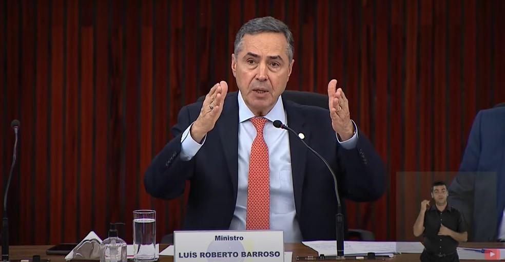 Ministro Luís Roberto Barroso, presidente do TSE, discursa na cerimônia de abertura do código-fonte das urnas eletrônicas — Foto: Reprodução/TSE