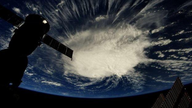 Imagem mostra Furacão Florence se aproximando do Atlântico (Foto: NASA/Reuters via BBC)