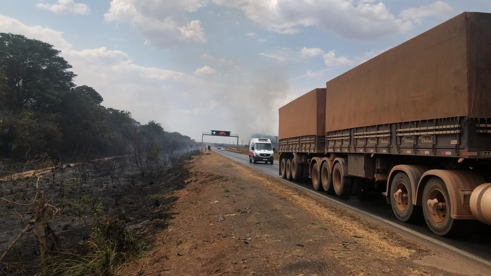 O incêndio está em um trecho da BR-163 em Nova Mutum, a 269 km de Cuiabá. — Foto: Djeferson Kronbauer/Power Mix