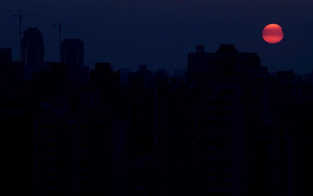 Eclipse parcial do sol visto de Xangai, na China, no sábado (11) (Foto: Reuters/Aly Song)