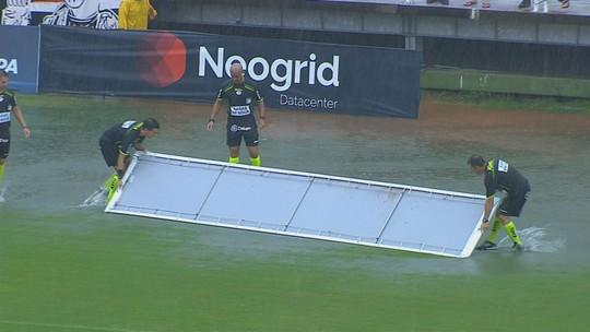 Água invade lateral da Arena Joinville, e árbitros usam placas de publicidade como rodo