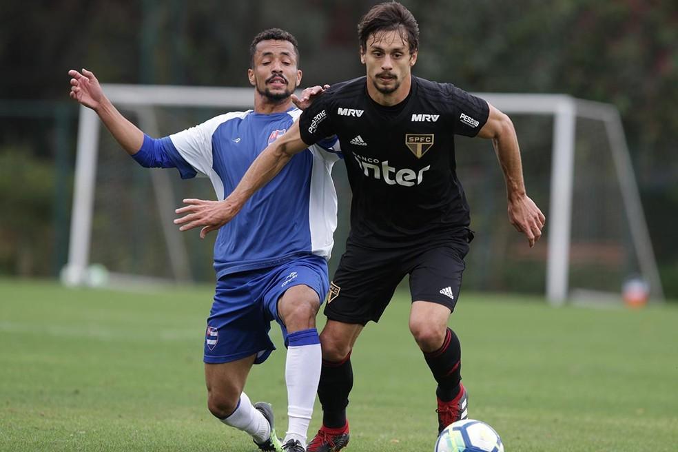 Rodrigo Caio agrada ao técnico Jorge Sampaoli, do Santos — Foto: Rubens Chiri / saopaulofc.net