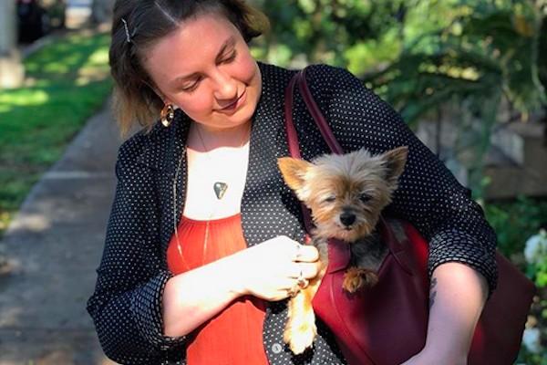 A atriz Lena Dunham com um de seus cachorrinhos (Foto: Instagram)
