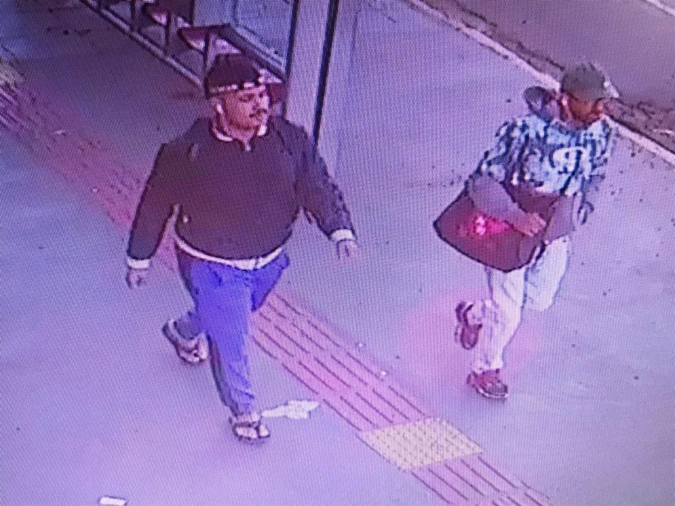 A dupla  utilizavam uma haste pra abrir a entrada onde são depositados os envelopes e retiravam os envelopes. — Foto: Polícia Civil/Divulgação
