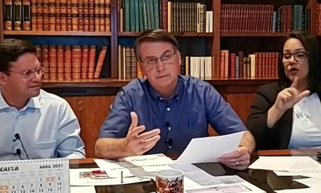 Presidente Jair Bolsonaro divulga a proxalutamida durante a live do dia 1º de abril ao lado do ministro da Cidadania, João Roma