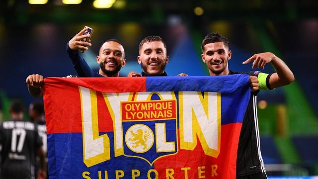 Depay e Aouar exibem bandeira do Lyon