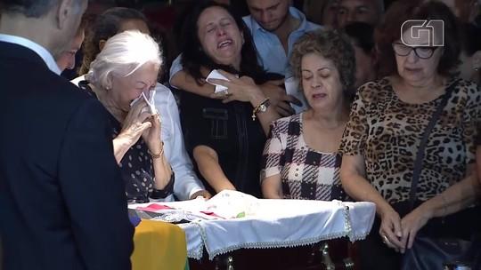 A viúva do ex-governador do DF Joaquim Roriz, Weslian Roriz, se emociona em velório