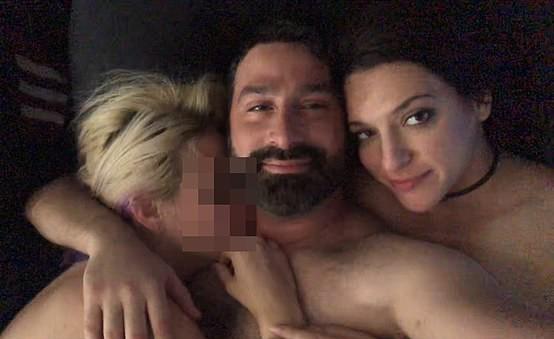 Homem só namora bissexuais para que ele e namorada possam compartilhar parceiros (Foto: Reprodução / Daily Mail)