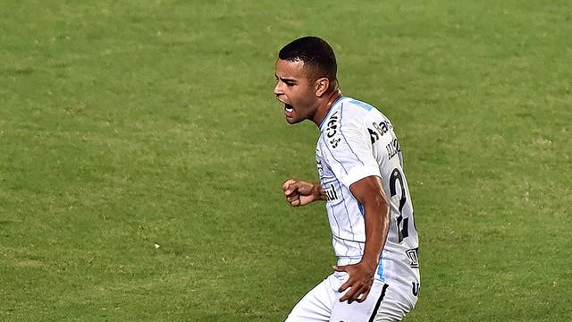 Alisson comemora gol diante do Bahia