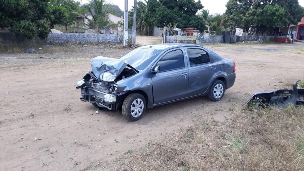 Outro veículo envolvido no acidente ficou com a parte frontal destruída — Foto: Reprodução