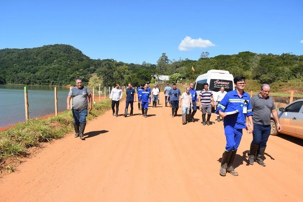Autoridades visitaram barragem da mineradora Companhia Brasileira de Alumínio (CBA) em Itamarati de Minas (MG)  — Foto: Prefeitura de Leopoldina/Divulgação