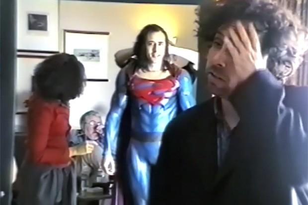Nicolas Cage experimenta roupa de Super-Homem (Foto: Reprodução)