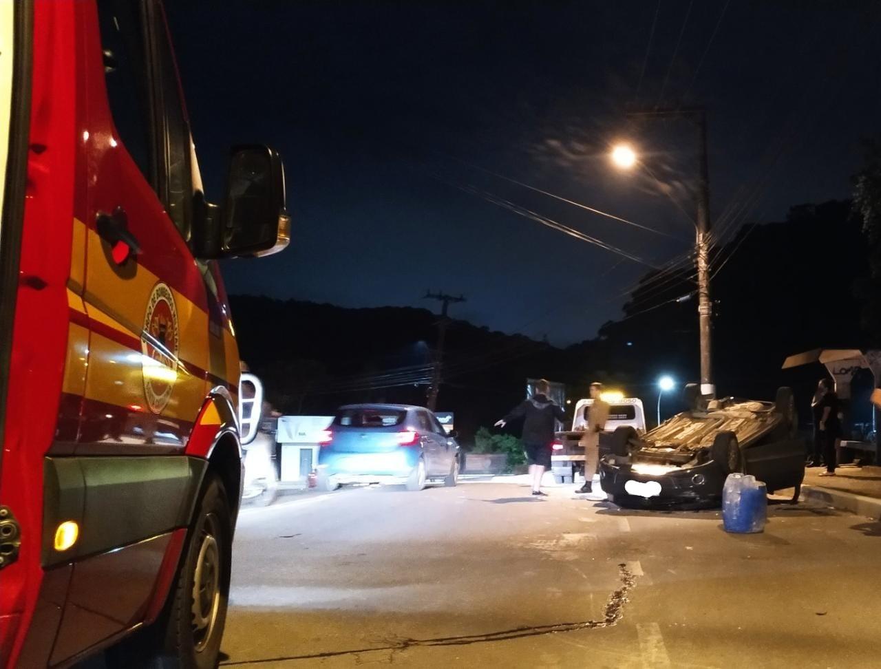 Carro sem motorista cai em ribanceira de 8 metros e atinge outro veículo em SC; FOTOS