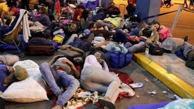 """BBC - Uma preocupação comum entre os adolescentes de 14 a 17 anos que chegam sozinhos ao Brasil é arrumar emprego para """"sustentar"""" os pais e irmãos que ficaram na Venezuela (Foto: REUTERS/GUADALUPE PARDO)"""