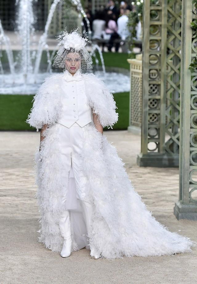 A noiva de tuxedo da Chanel (Foto: Getty Images)