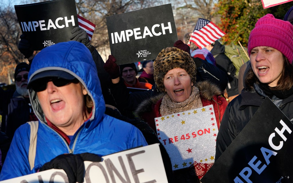 Manifestantes participam de protesto a favor do impeachment de Donald Trump do lado de fora do Capitólio, em Washington, na quarta-feira (18) — Foto: Win McNamee/Getty Images/AFP