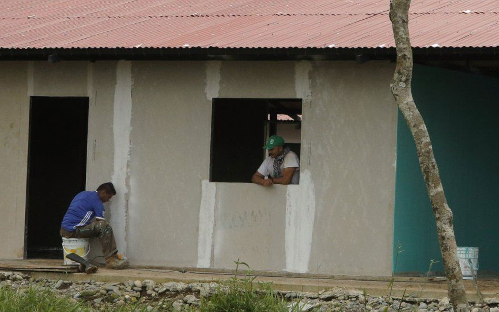 O hotel construído por ex-integrantes das Farc para recriar a vida de guerrilheiros na selva da Colômbia