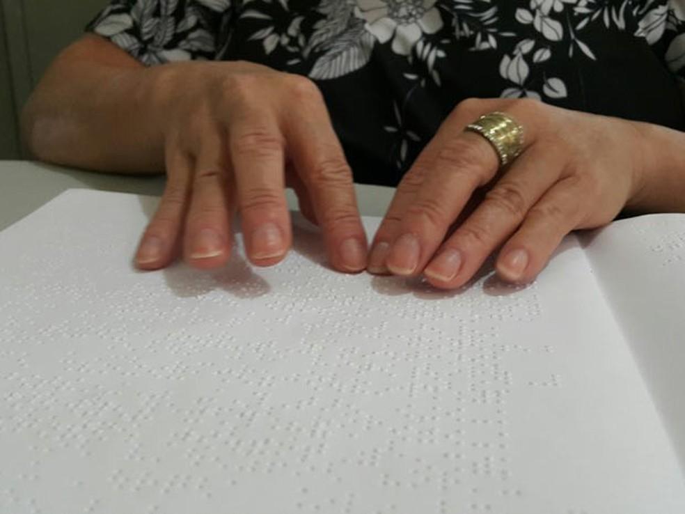 Contracheques devem estar impressos também em Braille — Foto: Raquel Morais/G1
