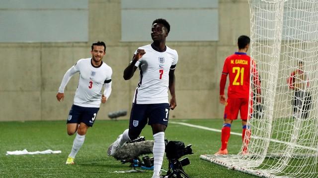 Saka e Chilwell comemoram o segundo gol da Inglaterra sobre Andorra, pelas eliminatórias